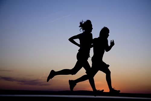 •Los corredores muestran 45% menos probabilidades de morir por una enfermedad cardiovascular que quienes no corren en absoluto.