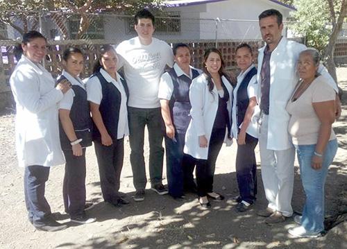 El doctor Edgar Godínez (segundo de Der. a Izq. con sus compañeros de trabajo)