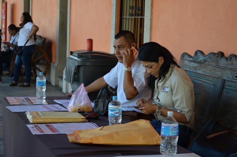 Personal del INE durante el proceso de reclutamiento de capacitadores.